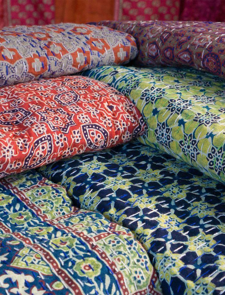 Diese schönen Quilts stammen aus der Wüste Thar in Indien. Sie lassen sich zum Beispiel als Tagesdecke oder als Überwurf für Sofa und Sessel verwenden.