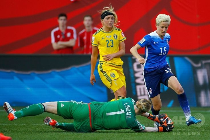 女子サッカーW杯カナダ大会・グループD、米国対スウェーデン。米国のミーガン・ラピノー(右)が蹴ったボールをセーブするスウェーデンのGKヘドヴィグ・リンダール(2015年6月12日撮影)。(c)AFP/Getty Images/Kevin C. Cox ▼13Jun2015AFP 米国とスウェーデンはスコアレスドロー、女子サッカーW杯 http://www.afpbb.com/articles/-/3051525 #2015_FIFA_Womens_World_Cup #Group_D_United_States_vs_Sweden