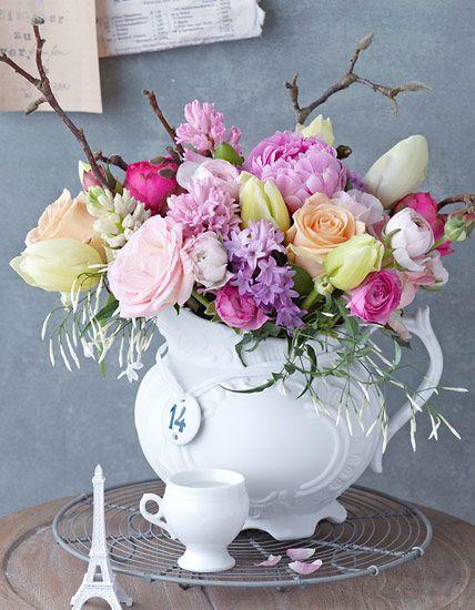 Frühlingsstrauß aus Jasmin, Rosen und Magnolien