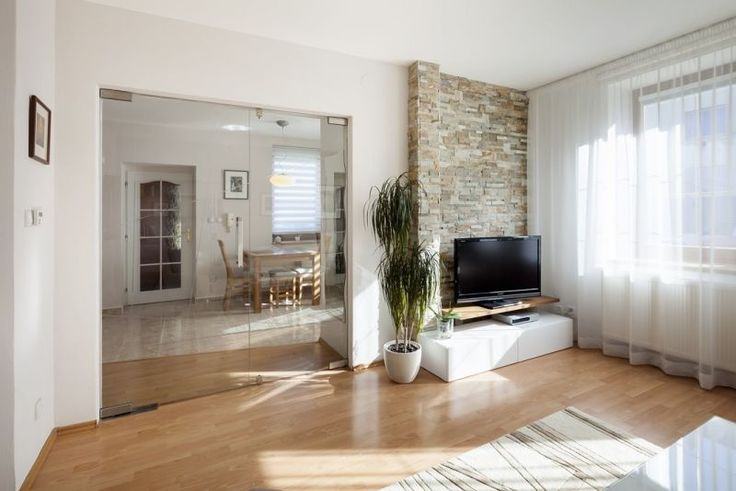 Kyvné dveře Sapeli. Více na  http://www.dodo-dvere.cz/cz/k/Skla-a-vitraze.aspx