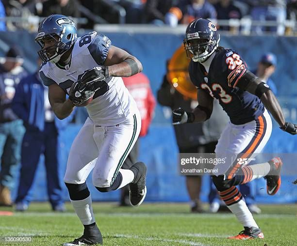 Zach Miller Of The Seattle Seahawks Outruns Charles Tillman Of The In 2020 Charles Tillman Seattle Seahawks Chicago Illinois