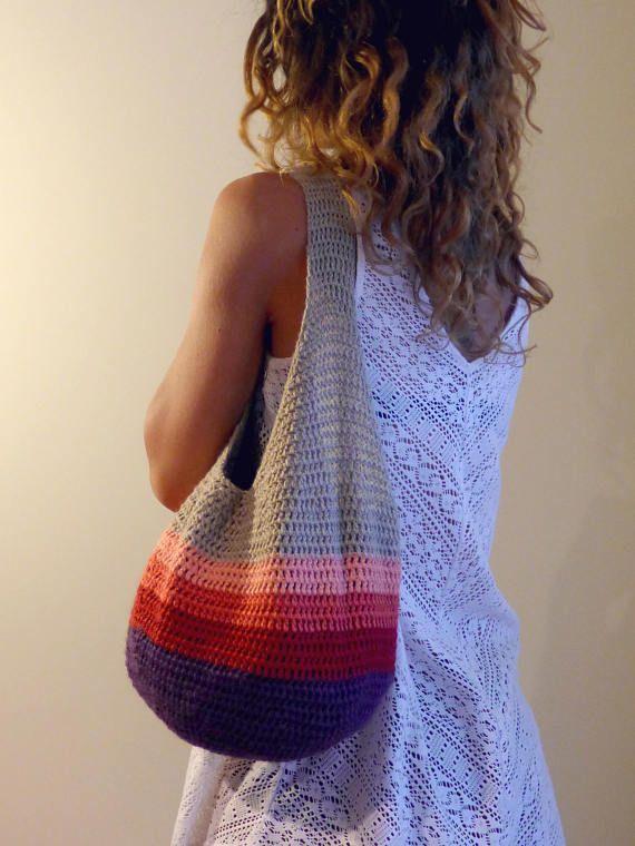 Este bolso de ganchillo es elegante, práctico y cómodo. Es perfecto para uso diario, visita al mercado de los agricultores, un viaje a la playa, o realmente en cualquier momento necesitas una bolsa grande. Puede llevar un buen montón de sus cosas.  Materiales: lanas del 50% / 50%