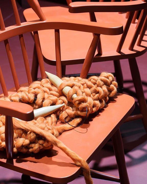 Strikkedilla og arketyper! Ola Windsor stol fra @tonningstryn  #oslodesignfair Kurator / Styling @kirstenvisdal og @perolavsolvberg Foto @ingermariegrini
