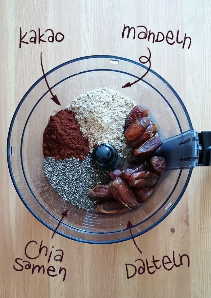 Kleine Energiekugeln aus Chiasamen, Mandeln und Datteln. Perfekt zum Naschen oder …   – Alles mit Schokolade!