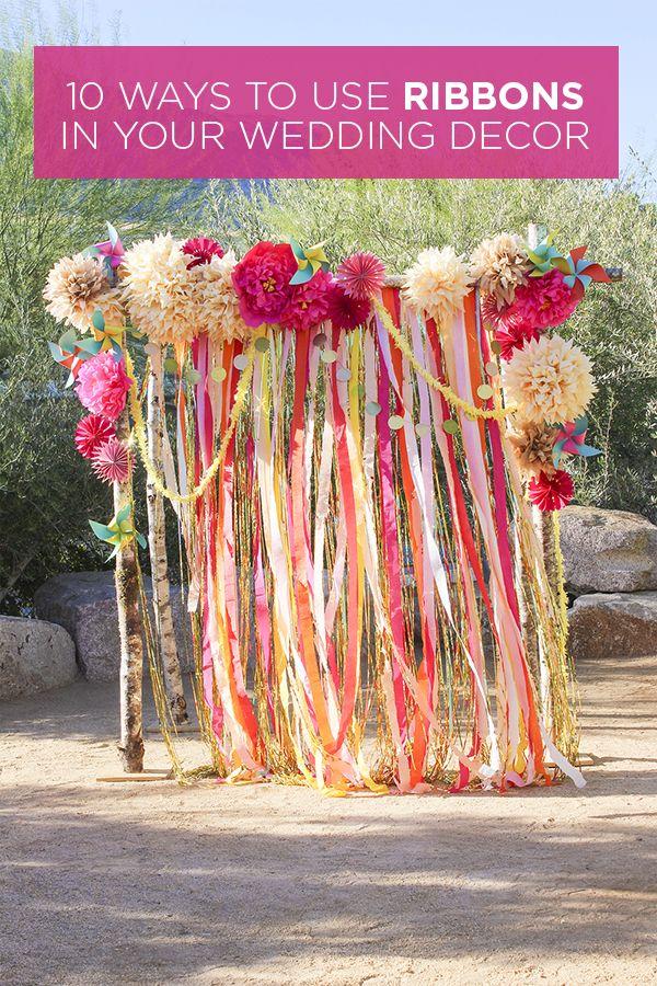 bunter Fadenvorhang mit Wabenbällen oder Blüten kombiniert -> als Dekohintergrund