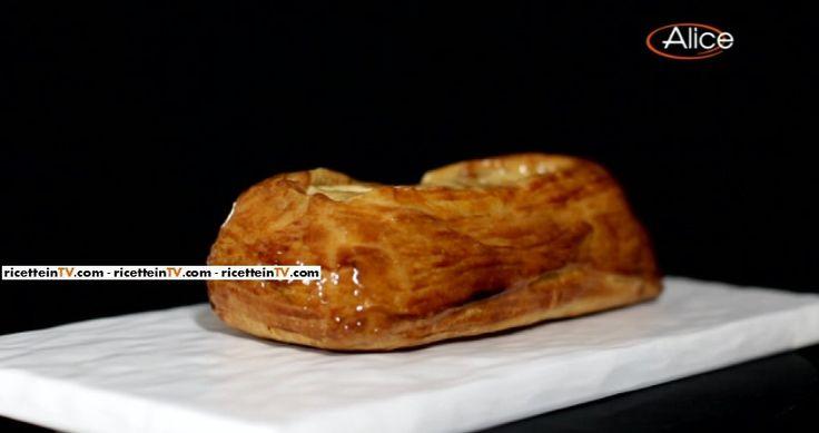 La ricetta della sfogliata di mele cannella e frutta secca del pasticciere Gianluca Aresu, proposta all'interno del programma di Alice Festa in tavola.