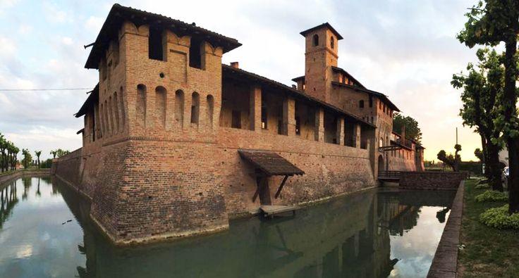 Il Castello di Pagazzano si trova in provincia di Bergamo, risale al XIV secolo, ed è una piccola meraviglia nascosta da visitare assolutamente #pagazzano #castle #medioevo