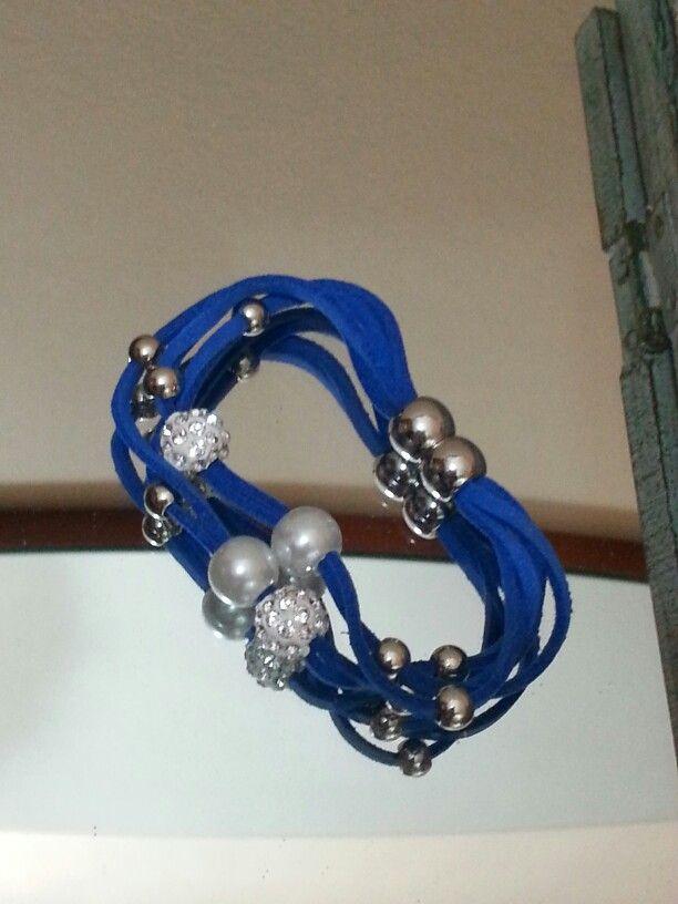 Braccialetto blu con chiusura a calamita -€ 3,00 - disponibile
