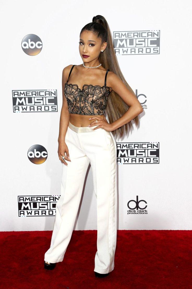 Do longo vestido de Selena Gomez ao fato formal de Lady Gaga, a passadeira vermelha da 44ª gala dos American Music Awards encheu-se de surpresas (incluindo aquela que será a maior racha da história).