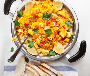 """Ta dig an den populära spanska risrätten """"Paella con pollo e gambas"""", innehållande bland annat ris, saffran kyckling och räkor.    www.ving.se/spanien"""