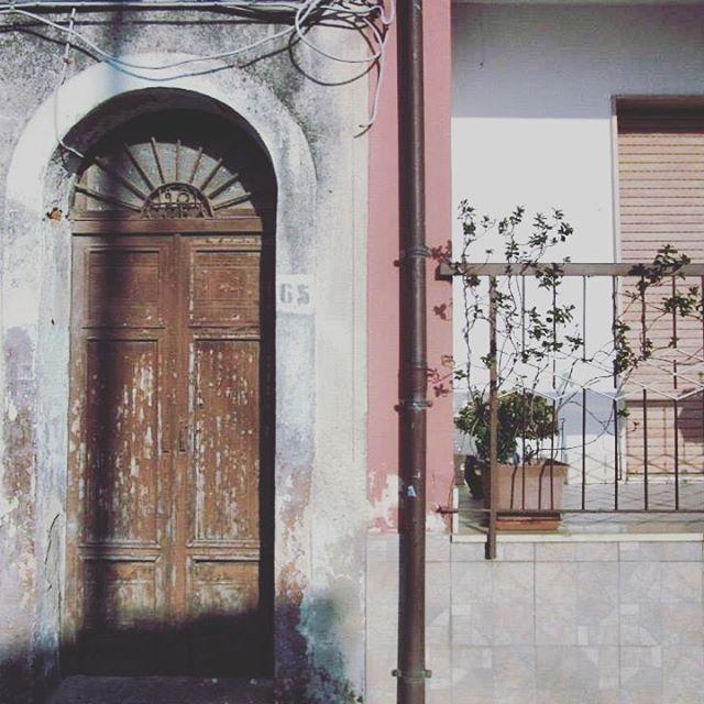 🇮🇹 San Martino, Calabria #sanmartino #calabria #provinceofreggiocalabria #reggiocalabria #melbournelifelovetravel #littletown #village #villagelife #doorway #italiandoors #italianbalcony #shutters #rustic