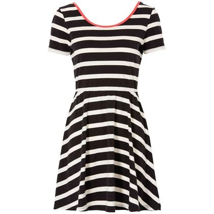 Lässiges Shirtkleid in Schwarz von Rainbow. Der tiefe Rückenausschnitt und das Streifenmuster machen aus diesem Kleid ein richtiges Highlight. Mit Stiefeletten und Cap lässt sich ein superlässiges Outfit kreieren. - ab 19,99 €
