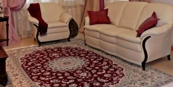 Классические красно-голубые ковры Наин в интерьере дома на Киевском шоссе
