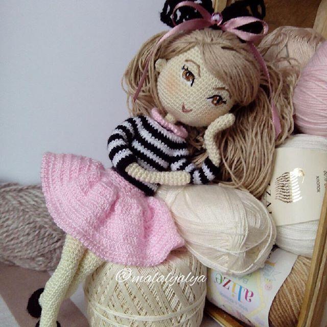 🎀 Шикарную красавицу зовут Линда 🎀 - ростом около 25 см; - личико вышито, тонировано; - прическа подвижная, расплетается, густые волосы можно расчёсывать; - проволочный каркас - ручки, ножки куколки сгибаются, меняется положение головы и тела; - куколка одета в свитерок, юбочку (под ней трусики из кружевной ленты) и туфельки; - голова куколки украшена вязаным ажурным бантиком, на свитерке крылышки ангела; - указанная одежда, аксессуары, а также крылышки снимаются. А её не чудесную мамочку…
