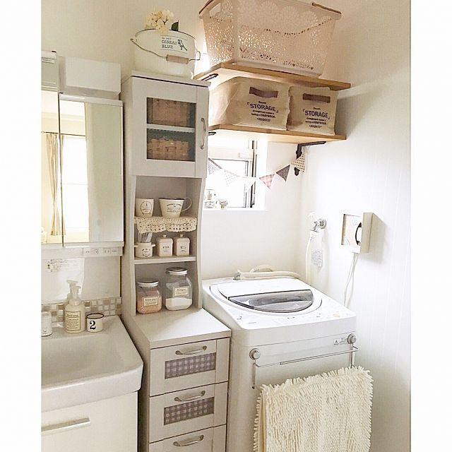 女性で、3LDKのキャンドゥ/セリア/収納アイデア/洗面所/見せる収納/洗濯かご…などについてのインテリア実例を紹介。「家を建てる時に1番考えたのが洗面所の収納です* 一般的な1坪の洗面スペースに色々収納したくて、考えに考えてこうなりました(*´˘`*) スリムラックの下の引き出しには下着や靴下や洗濯ネットを、 上の開き戸の中にはハンドタオルや細々したものを、 真ん中の棚には詰め替えた洗剤や綿棒やヘアアクセサリーを見せる収納しています。 このラックを置くために洗濯パンをなしにしました* 洗濯機の上には棚を付けてタオルと洗濯かごを収納しています( ˊᵕˋ* ) 苦労のかいあって、いる物が全て収まり使いやすい空間になりました(*˘︶˘*).。.:*♡」(この写真は 2016-08-24 19:38:56 に共有されました)