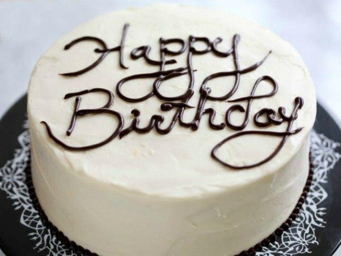 joyeux-anniversaire-ecriture-en-chocolat-réalisé-sur-un-gateau-d-anniversaire-idee-comment-daire-des-décors-en-chocolat