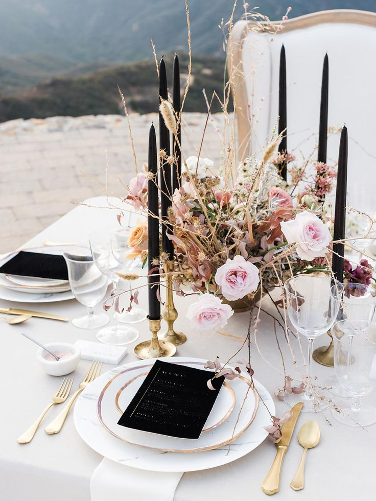 Luxe Helipad Tablescape in the Malibu Hills #jawdroppingweddingvenues #chictablescapeideas #backlessweddingdresses