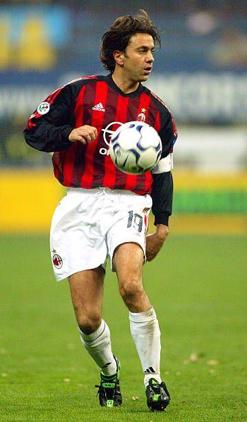 """Alessandro Costacurta del AC Milan en acción durante el partido de Serie A entre el Inter de Milán y el AC Milán, jugado en el estadio de San Siro """"Giuseppe Meazza, Milán, Italia el 11 de abril de 2003."""