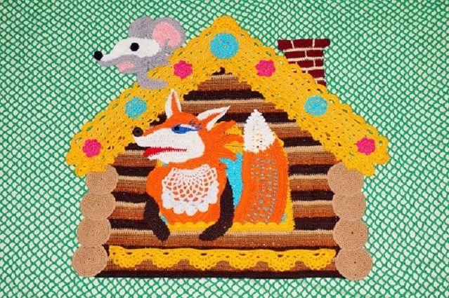 Эта работа – одна из серии покрывал для детских кроваток, сделанных на темы русских народных сказок. В нашей семье есть четверо малышей: моя племянница Настя (ей три годика) и мой внук Витюшка, которому в июне исполнилось два, и двое совсем маленьких, которые родились этим летом – Верунчик и Богдашка. И вот, у меня родилась идея сделать для них эту серию.