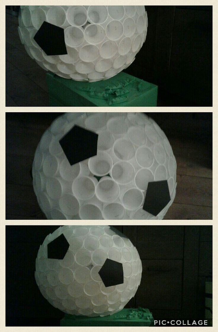 Een leuke voetbal surprise om te maken, mijn zusje (Anouk) heeft deze met mijn moeder (Liane Veld, zij zit ook op Pinterens ik volg haar ook!) het kan lastig zijn om hem te maken maar dat hoeft niet!