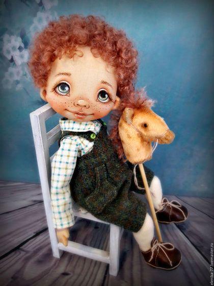 Купить или заказать Андрюшка. Текстильная кукла в интернет-магазине на Ярмарке Мастеров. Андрюшка сшит из хлопковой ткани по типу будуарной куклы - голова поворачивается, ножки и ручки болтаются, потому самостоятельно стоять не может, только красиво сидит. Расписан акрилом и пастелью, набит синтепухом. Одежду можно снять. Резвый скакун прилагается. Стульчик не продается. Повтор возможен при наличии материалов.