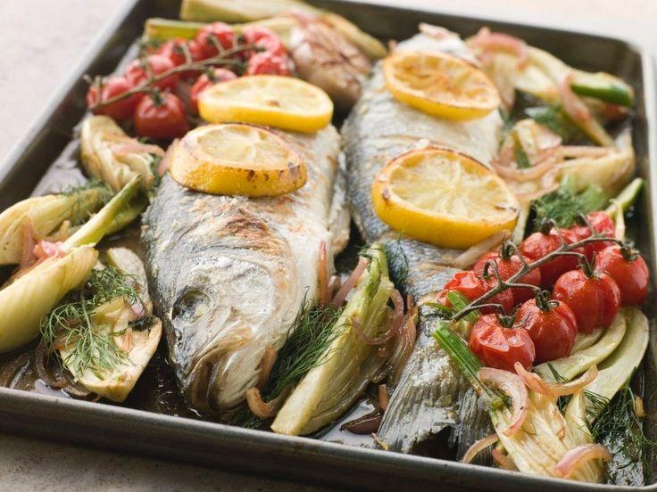 Запеченная рыба с овощами в духовке  Для приготовления этого блюда можно использовать любые овощи на свой вкус. А в качестве гарнира подойдет отварной рис.  Сохрани, чтобы приготовить 📌  Ингредиенты:  Судак или другая рыба — 1 шт. Лимон — 1 шт. Соцветия цветной капусты — 1 горсть Веточки помидоров черри — 1–2 шт. Сладкий перец, разрезанный на 6 частей — 1 шт. Лук, разрезанный на 6–8 частей — 1 шт. Соль — по вкусу Перец — по вкусу Оливковое масло — по вкусу Веточки укропа — по вкусу…