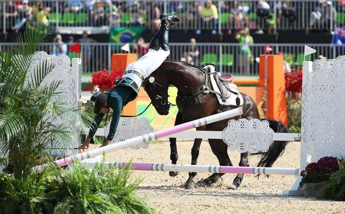 Ruy Fonseca cai do cavalo em prova do hipismo (Foto: Friso Gentsch/EFE)
