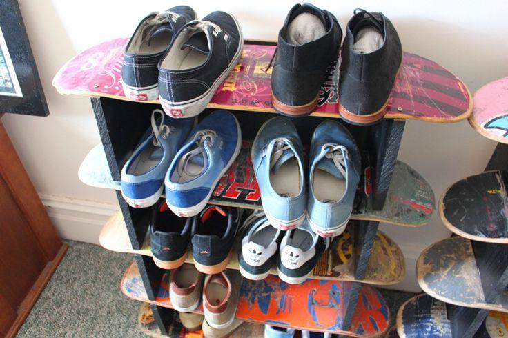 Полки для обуви в прихожую: 70 потрясающих идей для коридора своими руками http://happymodern.ru/polki-dlya-obuvi-v-prixozhuyu-svoimi-rukami-foto/ Спортивная цветная полочка из старых скейтов Смотри больше http://happymodern.ru/polki-dlya-obuvi-v-prixozhuyu-svoimi-rukami-foto/