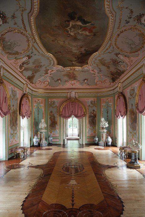 Есть анфилада и в Китайском дворце, однако она занимает лишь среднюю часть здания — ее образуют Зал муз, Голубая гостиная, Стеклярусный кабинет, Большой зал, Штукатурный покой, Малый Китайский кабинет и Большой Китайский кабинет. В ризалитах южного фасада дворца расположены жилые комнаты Екатерины II (Китайская опочивальня, Камерюнгферская, Портретная, Кабинет Екатерины II) и Великого князя Павла Петровича (Розовая гостиная, Штофная опочивальня, Кабинет Павла, Будуар). Ещё две комнаты —…