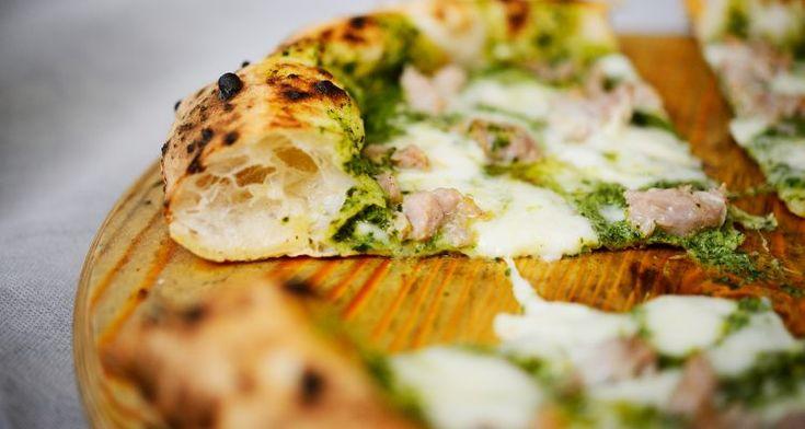 C'era una volta la pizza, piatto italiano semplice e generoso. Da qualche anno ormai la pizza non è più quella cosa lì. E Bologna non fa eccezione. Se credete alla favoletta del capoluogo emiliano tutto tigelle,tagliatelle al ragùetortellini avete quanto meno un'opinione datata e naif. C'è tanta altra roba, ci sono soprattutto i nuovi locali della pizza: napoletana e gourmet, col lievito madre e l'idrolisi, gli ingredienti Dop e i presidi Slow Food. Ma ancora, per fortuna, ...