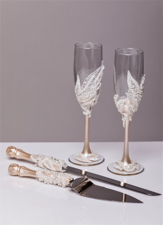 Personalized Wedding glasses and Cake Server Set cake cutter boho wedding toasting flutes rustic wedding flutes and cake rustic set of 4  For these glasses color: white lace and ivory paint All completely handmade! MEASUREMENTS: -Champagne flutes : Height - 9.2 inch (23.5 sm). Volume – 170ml (6.1 oz) - set for cake: cake server - 10 cake knife - 13  Custom champagne glasses may be created to fit your needs. Your unique wedding colors can be used for this design. Names and date may be painted…