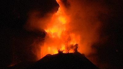 Itália: O novo despertar do Etna – nocomment - A ilha da Sicília volta a viver sob os humores do seu famoso vulcão. Desde há vários dias que o Etna regista um aumento de atividade, com a projeção de lava e cinzas na atmosfera. Além de ser o vulcão mais alto da Europa, o Etna é também a mais alta montanha da Itália ao sul dos Alpes.
