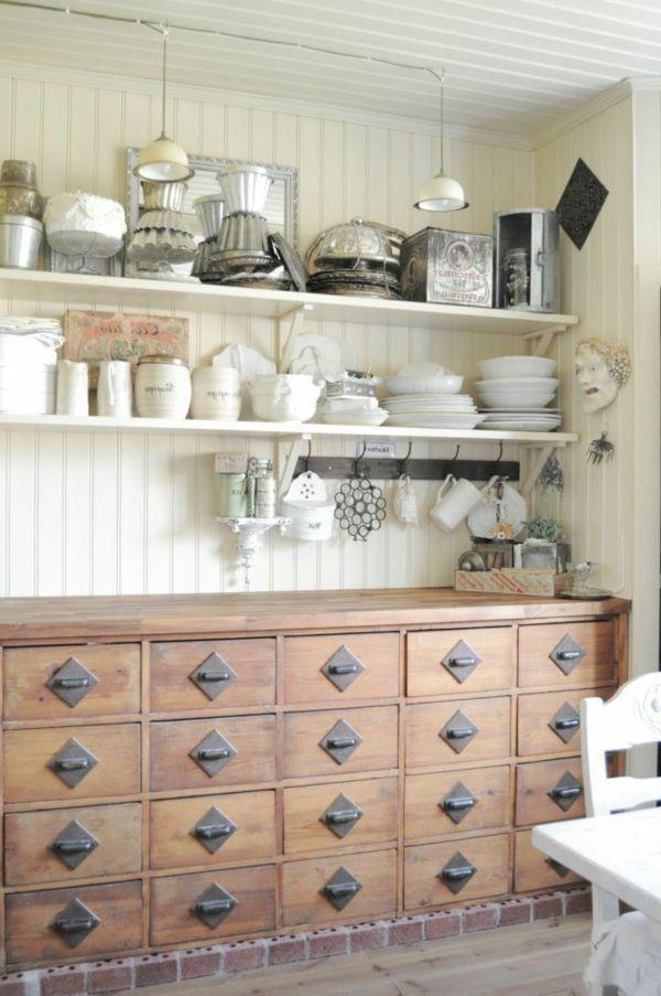 meuble apothicaire et objets antiques dans une cuisine