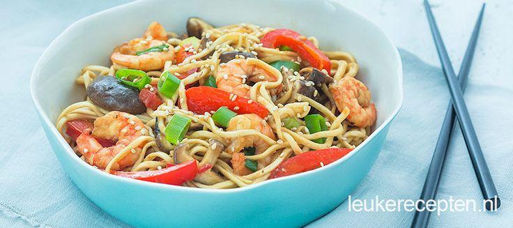 Makkelijk Oosters gerecht met garnalen en paprika uit de wok en lekkere noedels