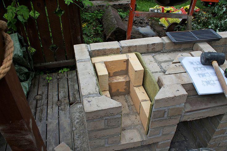 Noin tonnin painoinen grilli tarvitsee tukevan alustan. Vala tukevalle maaperälle routaeristetty, vähintään 5 cm paksu perusta. Suojaa tarvittaessa ympäristö hyvin, koska rapatessa roiskuu aina.  Tiilerin tarvikepaketti sisältää tarvittavat materiaalit työohjeineen. Ohjeet kannattaa lukea tarkkaan läpi ja pitää ne koko ajan lähellä. Mittojen mukaan leikatut tiilet on merkitty numeroin.  Puuhellan tulipesä alkaa hahmottua. Tulen kestävät kivet vuorataan vielä ohuella palovillalla vahinkojen…