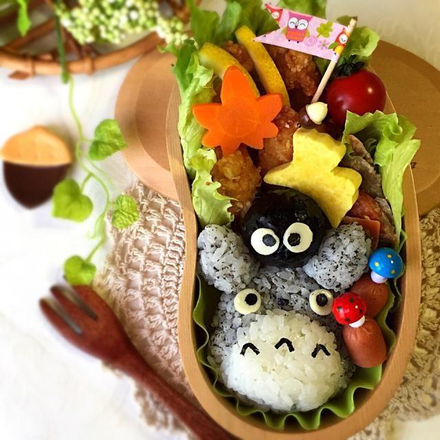 Tomoko ちゃんの《ごぼうと人参の味噌マヨ胡麻ポリポリサラダ》も入ってるよ!!ゆっぴーのお弁当『トトロとまっくろくろすけ』あ!!トトロのヒゲ忘れてるのに今気が付いた  ガーン