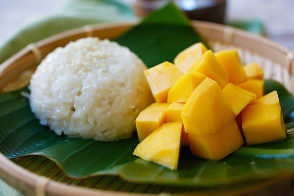 Mango arroz pegajoso - un popular de arroz pegajoso dulce con leche de coco y mangos frescos.  Este postre dulce es muy popular en el sudeste de Asia | rasamalaysia.com