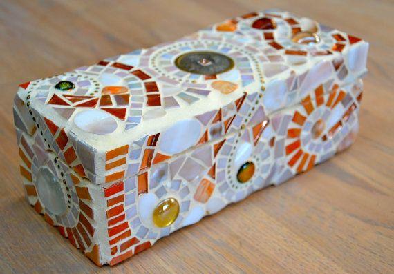 Doosje van mozaiek met glas, schelp en parelmoer. op Etsy, 49,85 €