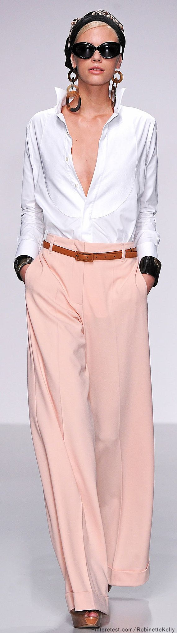 A great way to wear your pink wide pants | For more info on how to wear wide pants and where to buy them visit http://40plusstyle.com/wide-legged-pants-how-to-wear-them-and-where-to-buy/