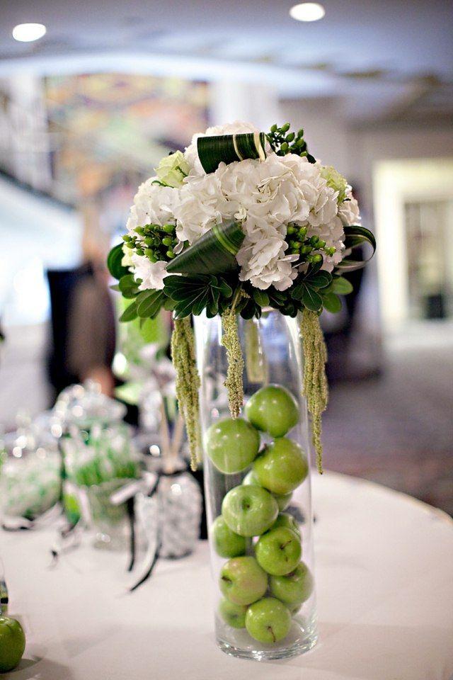 Blumen in einer hohen Vase - weiße Hortensien und grüne Äpfel