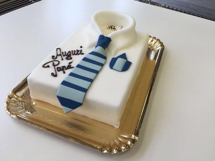 Torta camicia.  Pan di Spagna , crema Chantilly fragole, ricoperta e decorata con pasta di zucchero