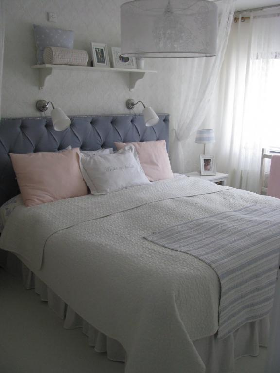 25 beste idee n over romantische landelijke slaapkamers op pinterest geborgen deuren deur - Romantische witte bed ...