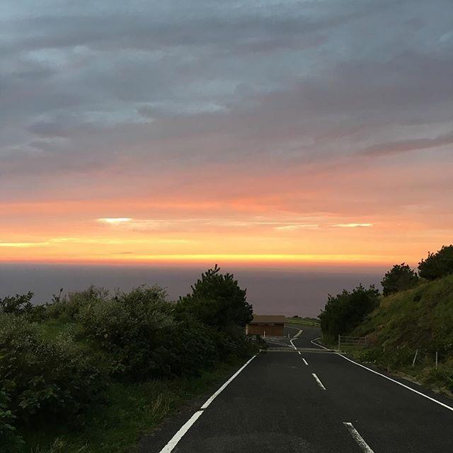 【norisan2817】さんのInstagramをピンしています。 《赤尾展望所夕景🌇✨💙 お疲れ様です✨😆 夕焼けがオレンジ🍊色になり 水平線から上に広がり これから中盤を迎えるところ😀👍 実は一つ前のpostを撮り終え 今日はここまでかと 帰る車で🚘常連の夕景🌇写真家 とすれ違い💦 まだこれからなのかな?っと Uターンして撮影したpicです😅 危ないところでした…。 。 #隠岐#隠岐島#西ノ島 #国賀海岸#赤尾展望所 #世界ジオパーク#国立公園 #夕日#夕陽#夕焼け #夕焼け空 #ゆうやけこやけ部 #夕景ら部 #夕景#沈む夕日 #空#雲#海#山#水平線 #写真#繋がる空 #igで繋がる空 #夕焼け雲#orange #clouds #cloud #sky #sunset #sea 台風が心配ですが… 出先からのpostです💦》