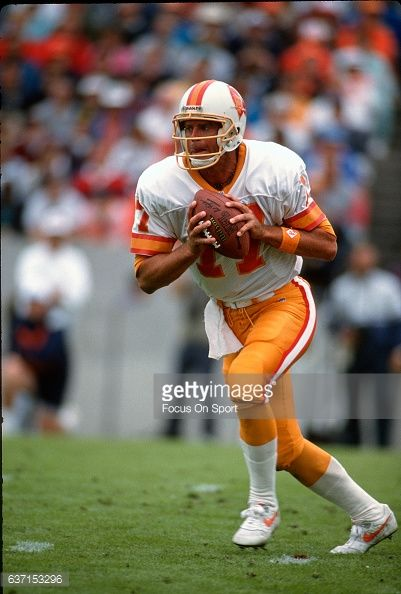 News Photo : Steve DeBerg of the Tampa Bay Buccaneers in...
