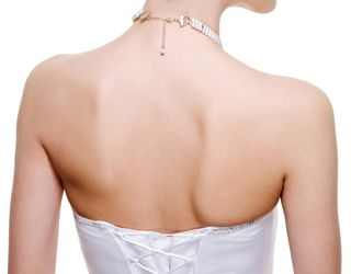 バックが開いたドレスなら特に力を入れたい背中。結婚式のための美容法♪ウェディング・ブライダルの参考に♡