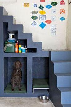 Escalier coloré avec des niches à rangement