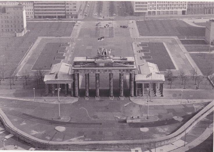 Brandenburg Tor and the Berlin Wall. 1984.
