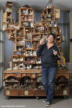 Мышиный особняк Mouse Mansion работы Карины Шаапман (Karina Schaapman) http://hetmuizenhuis.nl/: потрясающая конструкция два метра шириной и три метра высотой; больше сотни маленьких комнат из картонных коробок. Главные герои-обитатели особняка - любопытная мышка Джулия и застенчивый мышонок Сэм (забавная деталь: шерстка Сэма сделана из изнаночной стороны шерстки Джулии, это символизирует то, что мышки, хоть и разные по характеру, отличные друзья).