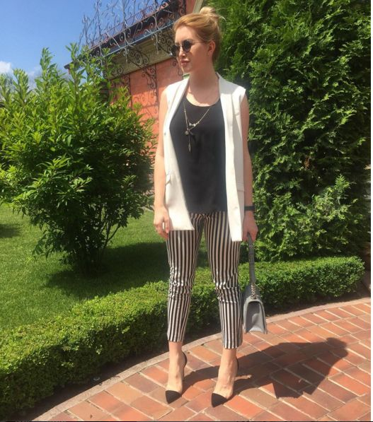 White and black outfit | summer office woman look | business woman outfit | white vest | Dior bag