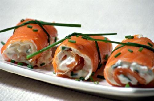 Une idée raffinée à réaliser facilement. Il faudra simplement quelques tranches de saumon fumé, du fromage frais et des herbes fraiches. ...